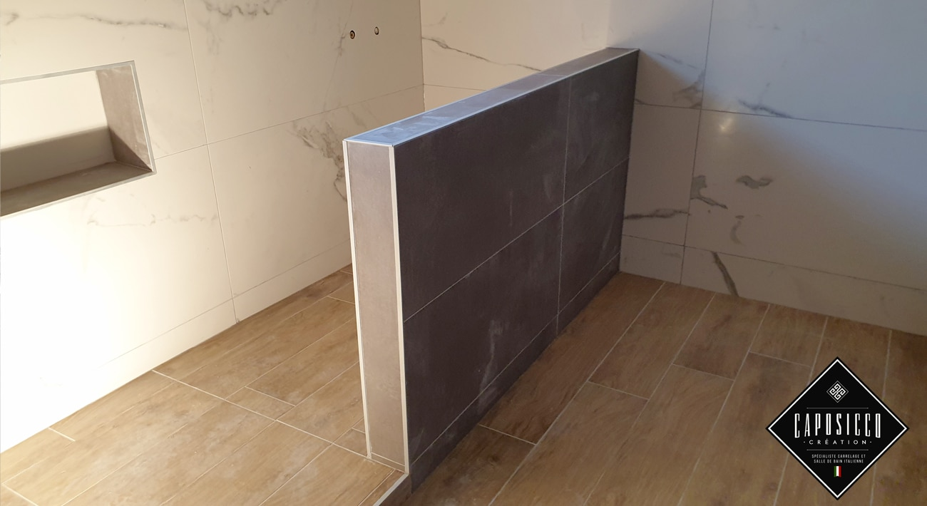 Salle de bain mur marbre et sol carrelage effet parquet